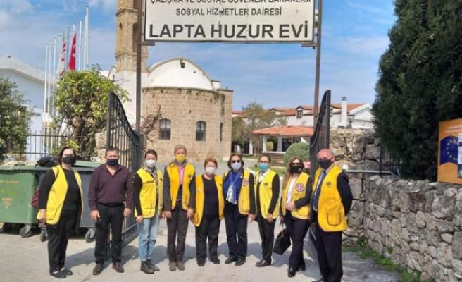 Dört Lions Kulübünden Lapta Huzurevi'ne giysi, gıda ve çay semaveri bağışı yapıldı