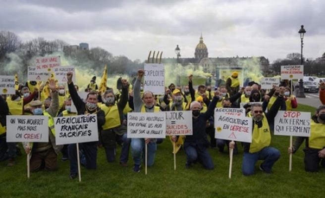 Fransız çiftçiler sektördeki sıkıntılarına dikkati çekmek için Paris'te gösteri düzenledi