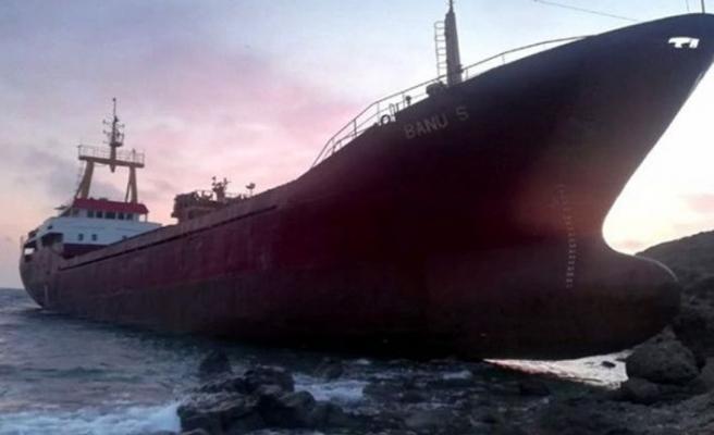 Bozcaada'da kargo gemisi karaya oturdu