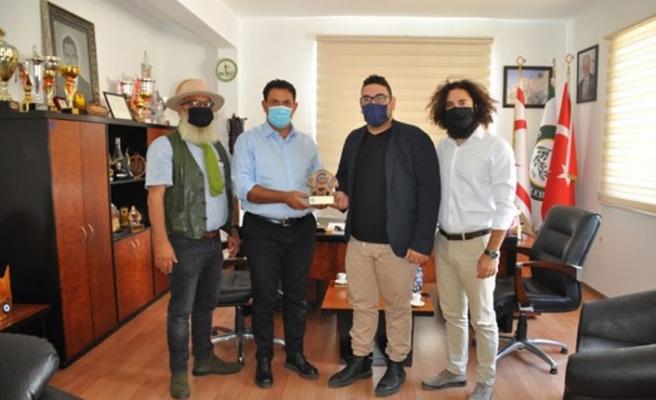 Çatalköy Belediyesi Kasapoğlu'na plaket verdi