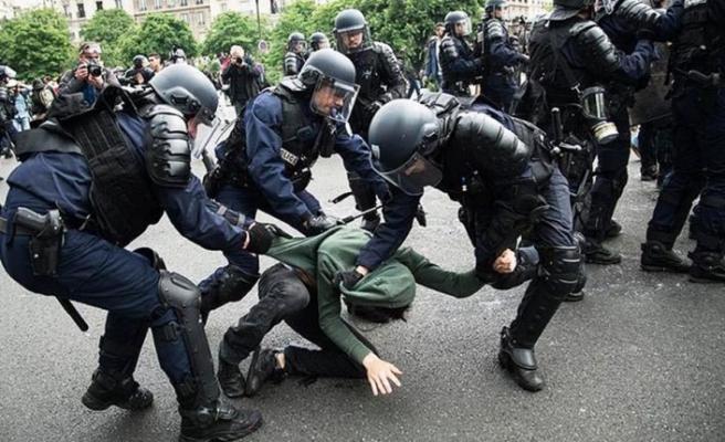 Fransa'da polisin Senatör ve milletvekiline yönelik sert müdahalesi kameraya yansıdı