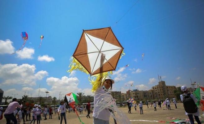 Gazzeliçocuklar İsrail saldırılarında ölen arkadaşlarının resimlerini uçurtmalarla gökyüzüne bıraktı
