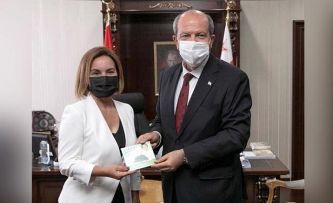 Kıbrıs Şarkıları CD'si Cumhurbaşkanı Tatar'a takdim edildi