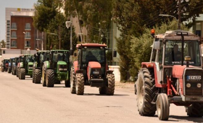 Polis çiftçilerin araçlarını durdurdu