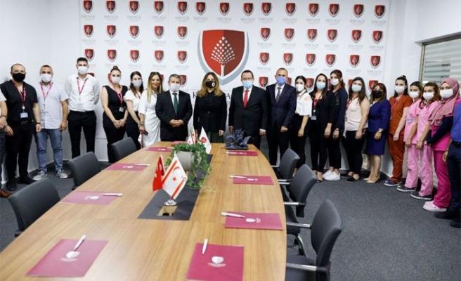 Sibel Tatar, Kıbrıs Sağlık ve Toplum Bilimleri Üniversitesi'ni ziyaret etti