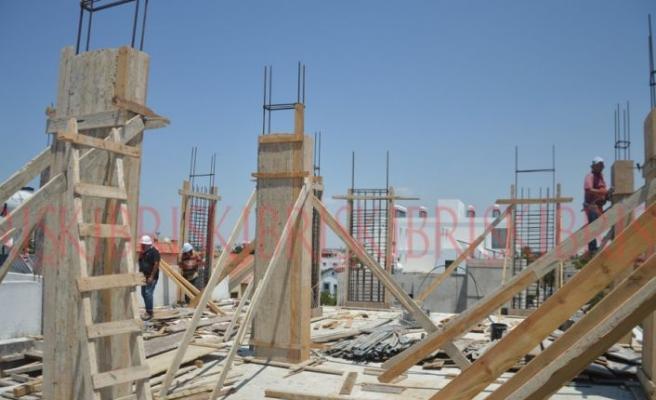 Kavurucu sıcakta çalışan işçiler düzenleme bekliyor