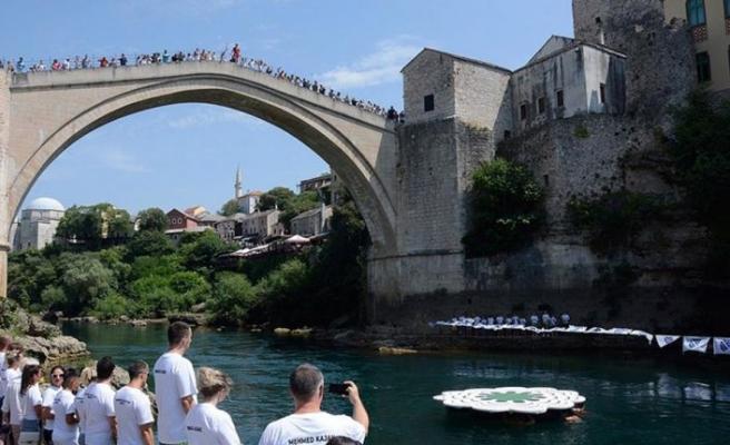 Srebrenitsa soykırımının yıl dönümü nedeniyle Mostar Köprüsü'nden sessiz atlayış gerçekleştirildi