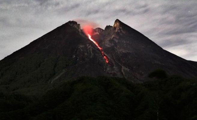 Endonezya'daki Merapi Yanardağı'nda yine volkanik hareketlilik yaşandı