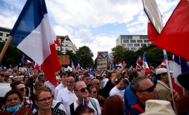 Fransa'da yüzbinlerce kişi hükümetin Kovid-19 ile mücadele politikasını protesto etti