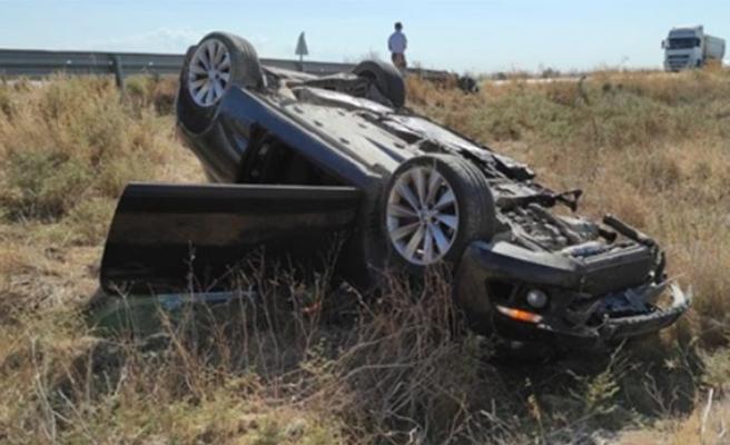 Takla atan aracın sürücüsü ve 2 yaşındaki bebek yaralandı