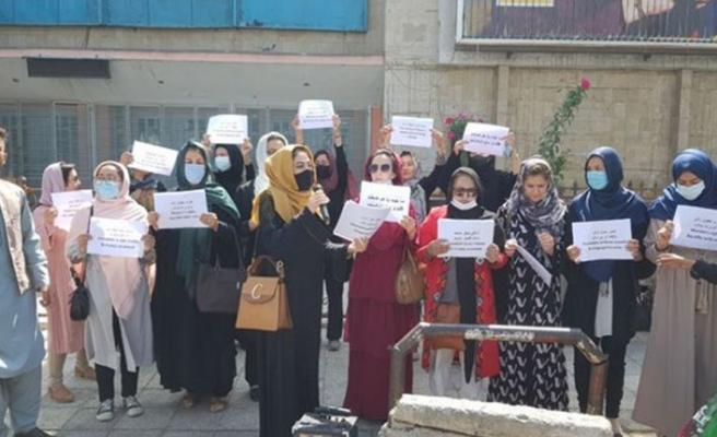 Afganistan'ın başkenti Kabil'de bir grup kadın, hakları için gösteri yaptı