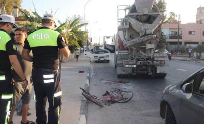 Bisikletliye, betonmikseri çarptı