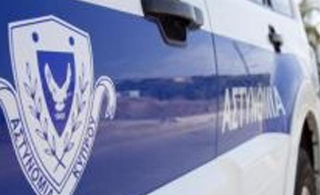 Silah taşıyan ve tasarrufunda tabanca bulunduran iki kişiyi tutukladı