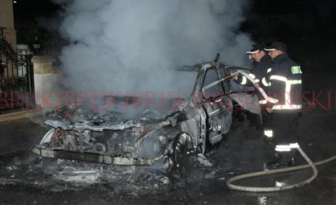 Park halindeki aracı yaktılar!