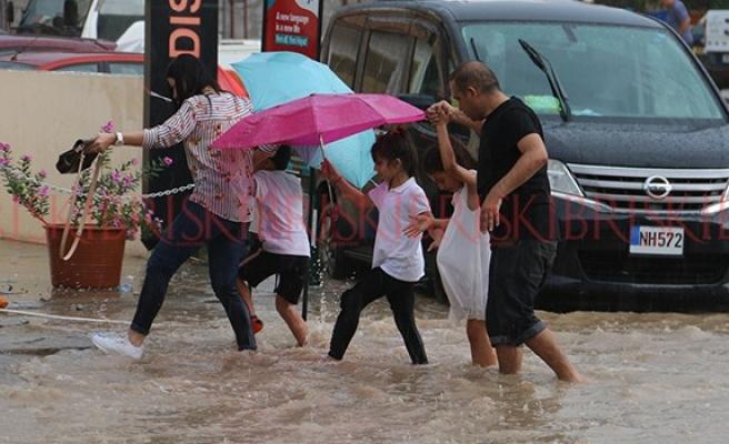 Yollar, sokaklar göl oldu!