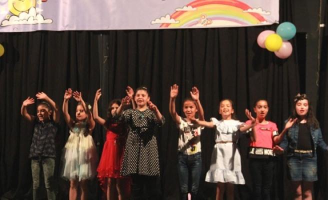 Çocuklar bol bol şarkı  söylesin ama yarışmasın