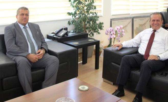 Bakan Ataoğlu Gazimağusa Belediye Başkanı Arter'i tebrik etti