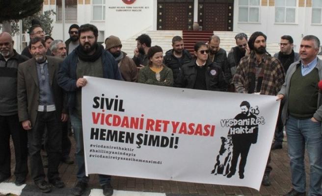 'Kıbrıs'ta Vicdani Ret İnisiyatifi' meclis önünde eylem ve basın açıklaması yaptı