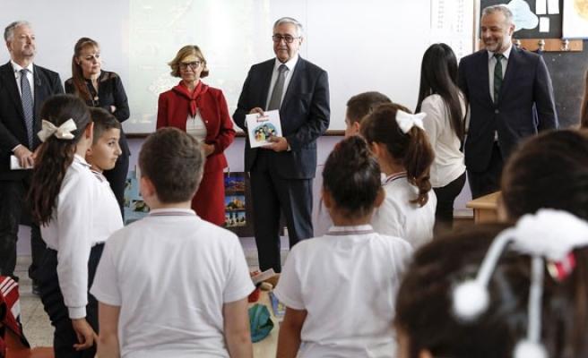 'Haklarımı Biliyorum' isimli kitabın dağıtımına 23 Nisan İlkokulu'ndan başlandı