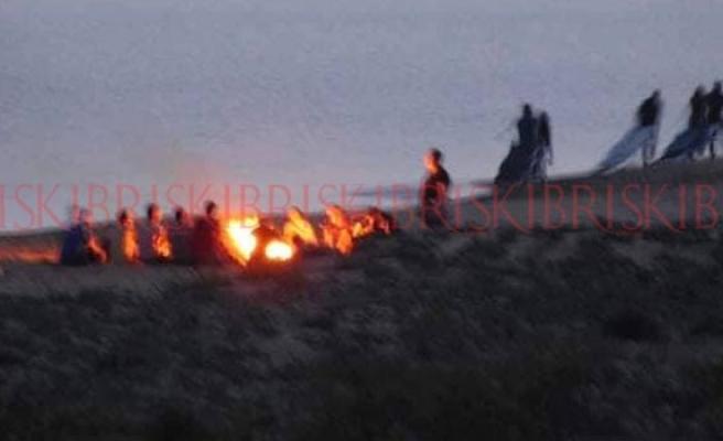 Sorumsuz gençler sahilde ateş yaktı