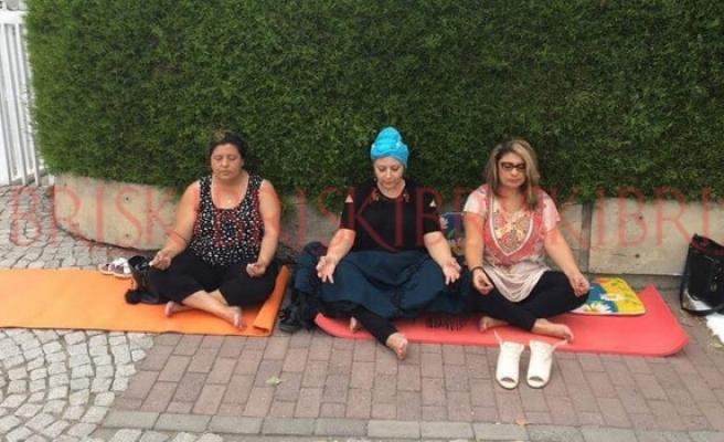 Meclis önünde meditasyon yaparak eylem gerçekleştirdiler