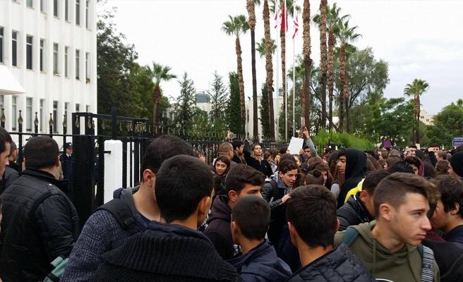 Başbakanlığı koruyan polis gözyaşlarına boğuldu