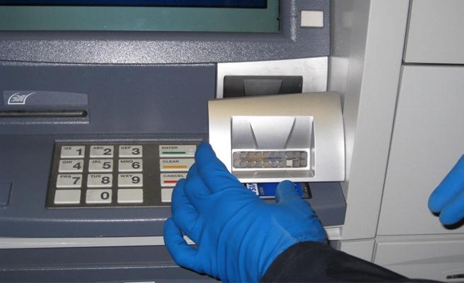 ATM'yi açarak para çalmaya çalıştı