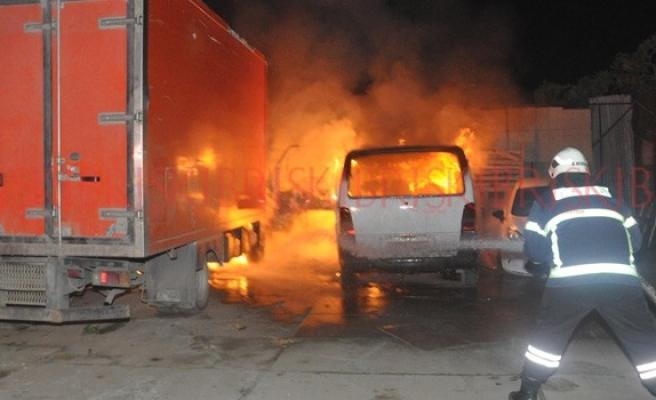 İki araç alev alev yandı