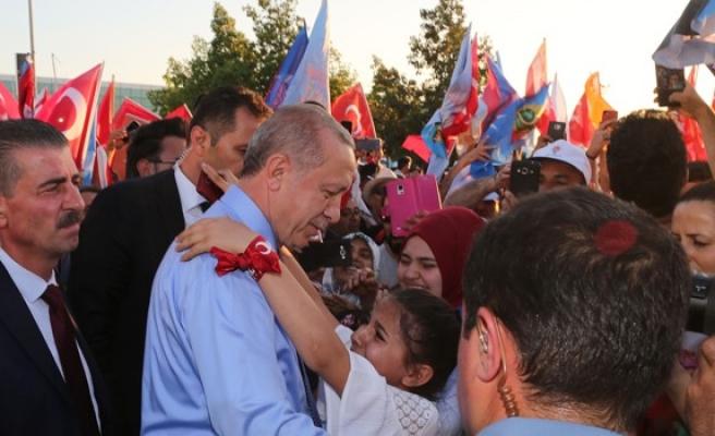 Erdoğan, Ercan'da kalabalık bir grup tarafından karşılandı