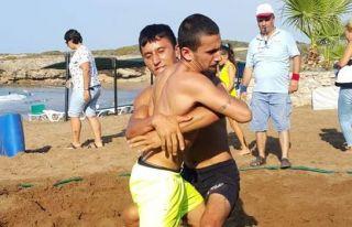 Güreşçiler plaja indi