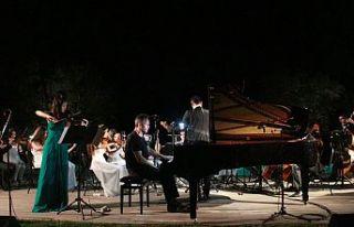 Zeytin ağaçları arasında klasik müzik keyfi
