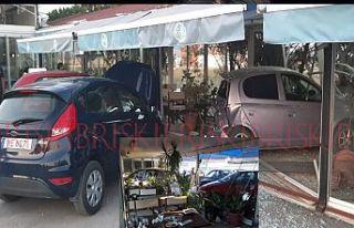 Korkutan kaza, çarptığı araçlar restorana girdi:...