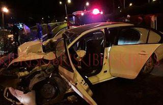 Aynı araçta bulunan 5 genç yaralandı
