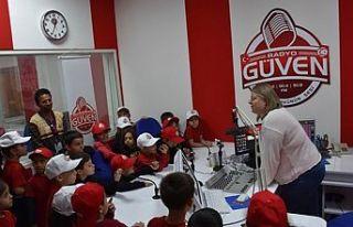 Şehit Tuncer İlkokulu öğrencileri Radyo Güven'i...