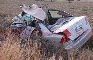 Sürücü otomobilin içinde sıkıştı