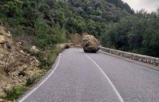 Düşen kaya nedeniyle yol trafik akışına kapatıldı!