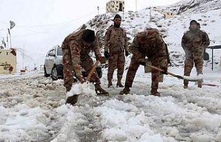 Pakistan'da kar yağışı sebebiyle ölenlerin...