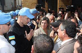 Eylemciler ve BM Askerleri arasında zaman zaman arbede...