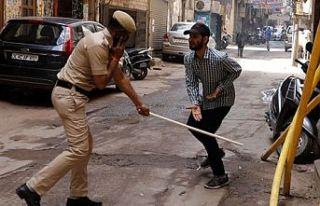 Hindistan'da sokağa çıkana dayak