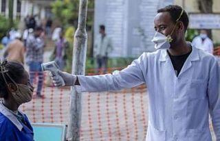 Afrika'da 1000 sağlık çalışanı Kovid-19'a...