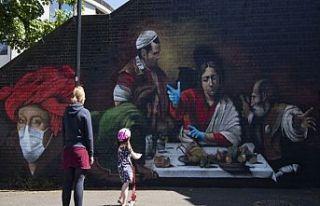 Londra'da duvara çizilen resme maske ve eldiven...