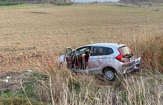 İki araç yüz yüze çarpıştı, biri tarlaya savruldu