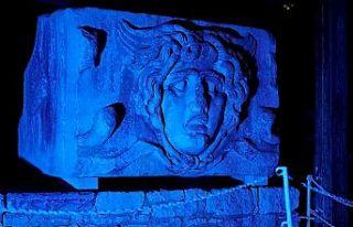 Apollon Tapınağı otizme dikkat çekmek için maviye...
