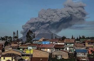 Endonezya'da faaliyete geçen Sinabung Yanardağı...