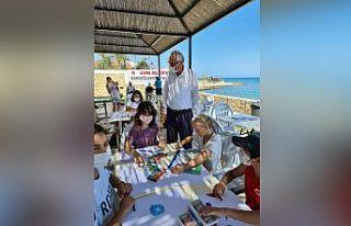 Çocuklar Plajda resim çizerek keyifli saatler geçirdi