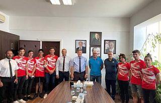 Bakan Arıklı, su sporları federasyonu yetkilileri...