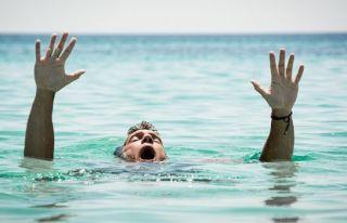 Denizde rahatsızlanarak yaşamını yitirdi