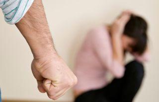 Özgüvenini kaybeden erkek şiddete başvuruyor