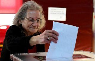 Oy pusulasının fotoğrafını çekerken yakalanan...