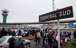 Polise ateş açan ve havaalanında öldürülen saldırgan...